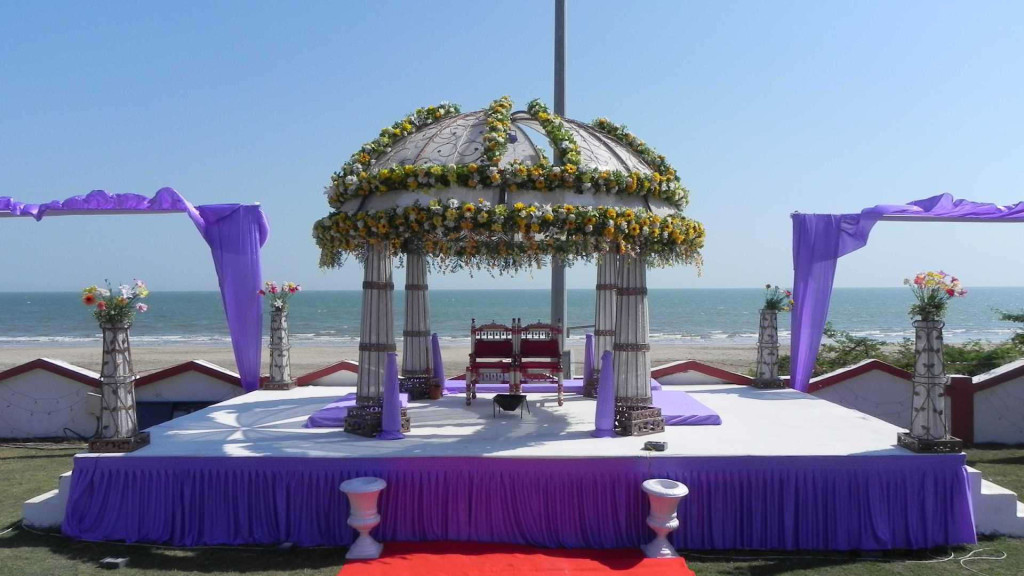 Island-Beach-Wedding: Mandap setting in the lawn of a 4* resort in Daman